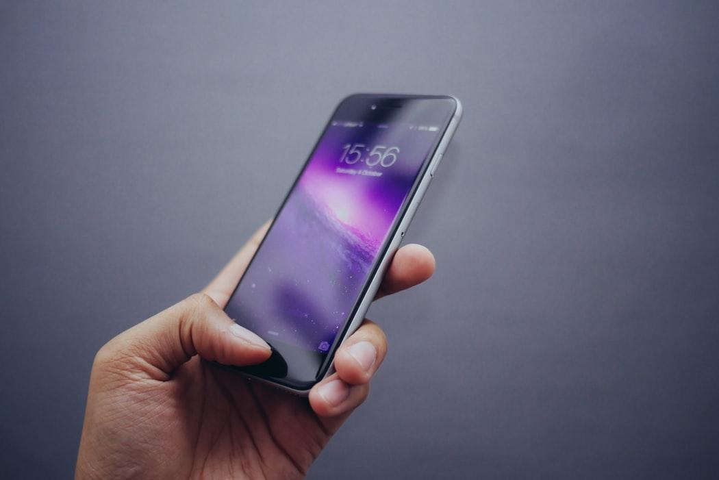 Jak założyć poprawnie folię ochronną na telefon?